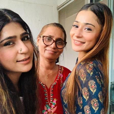 Sara Khan with family