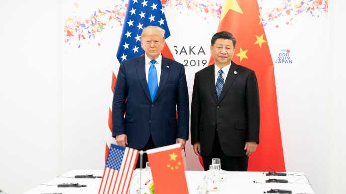 Donald Trump, Xi Jinping, United States and China flags