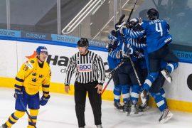 Finnland bejubelt den Sieg in der letzten Spielminute gegen Schweden.  (Foto: dpa/picture alliance/ASSOCIATED PRESS)