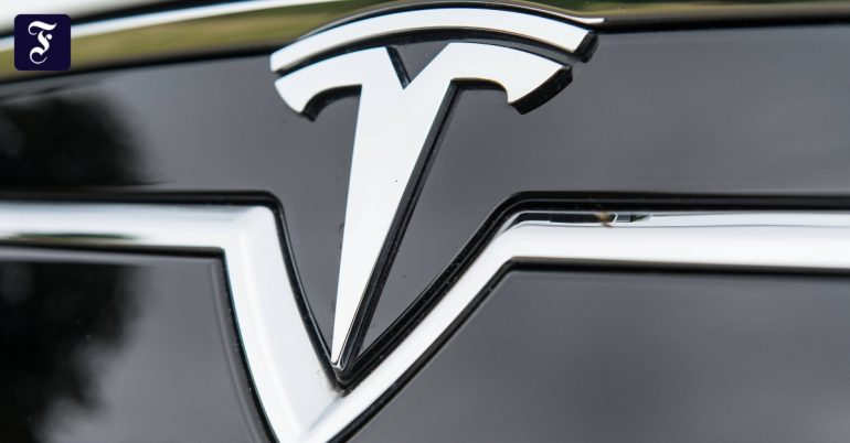 Tesla stops on freeway in Canada