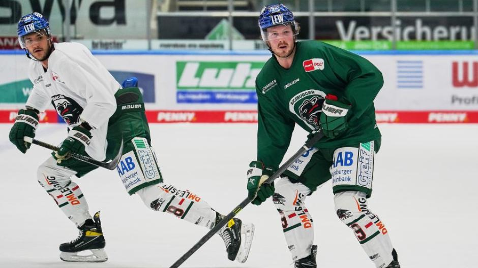 Danny Christo (right) moved from KHL to AEV in January 2021.