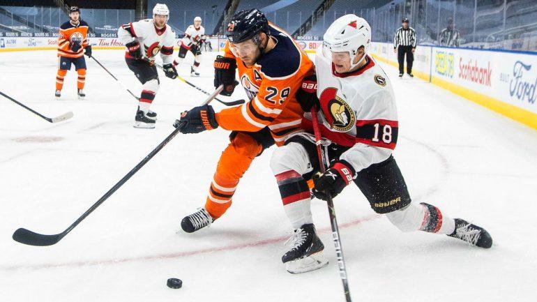 Leon Draisaitl (l., im Duell mit Tim Stützle) gab für Edmonton sechs Torvorlagen gegen Ottawa.