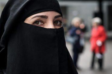 Eine Frau in Vollverschleierung guckt in die Kamera in St. Gallen. (AFP)