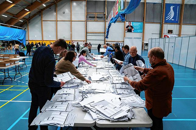 Election workers counted the ballots.  Parliament in the Greenlandic capital Nuuk agreed in mid-February that a new election would be brought forward a year in the wake of the collapse of the governing coalition.  (Archive image)