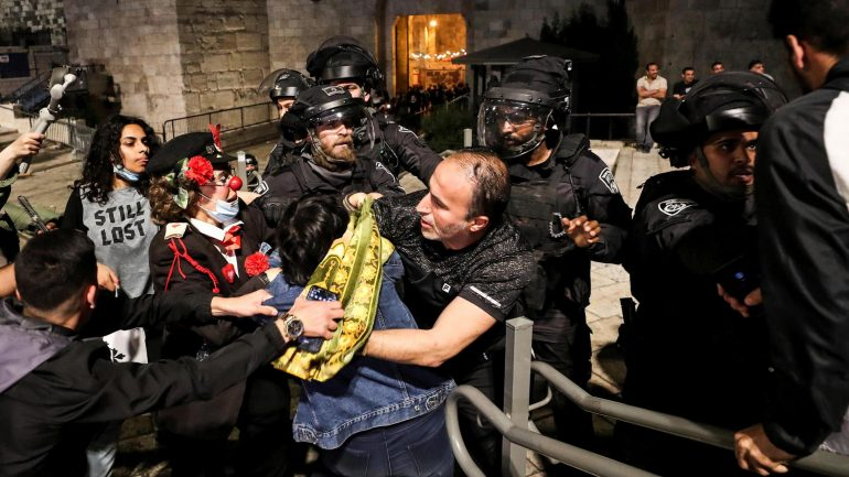 Police remove obstacles in East Jerusalem