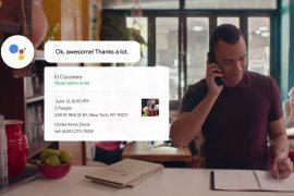 Mann mit Smartphone lässt Duplex anrufen