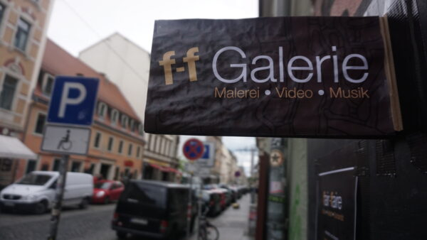 The current gallery sign already shows: We work with what we have - everyone can participate here.