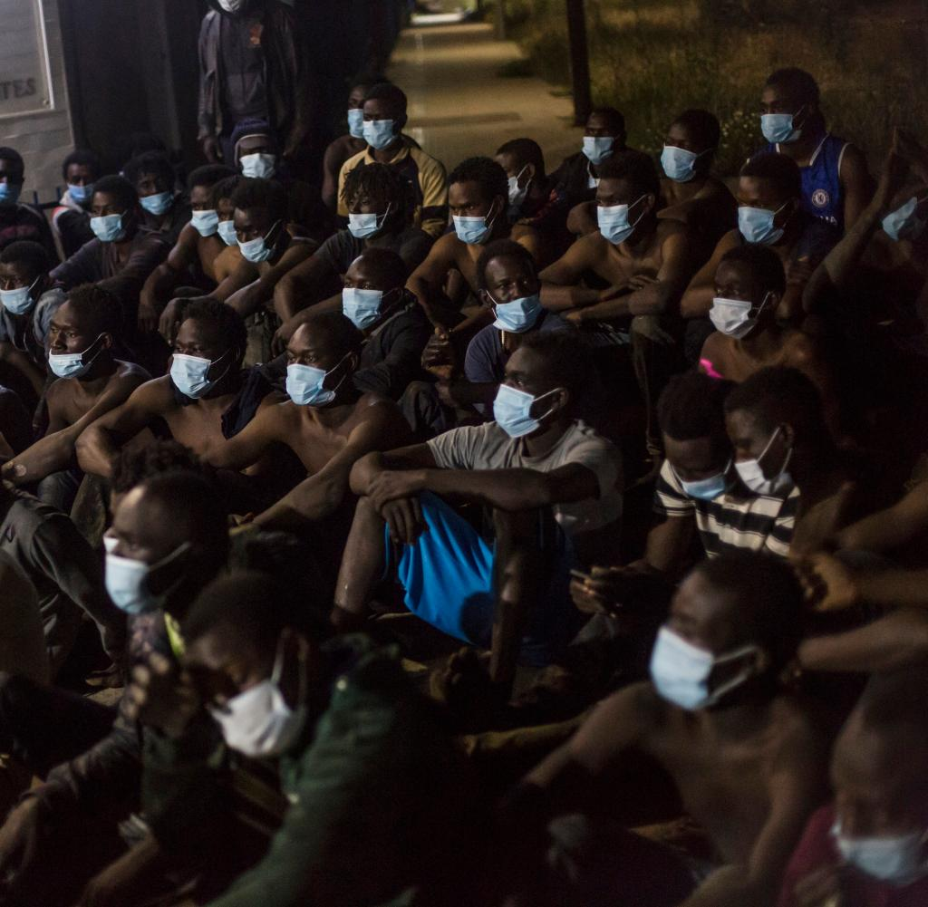 A group of migrants sit in front of a reception center at Melilla's Spanish Exclave in North Africa (archive photo)