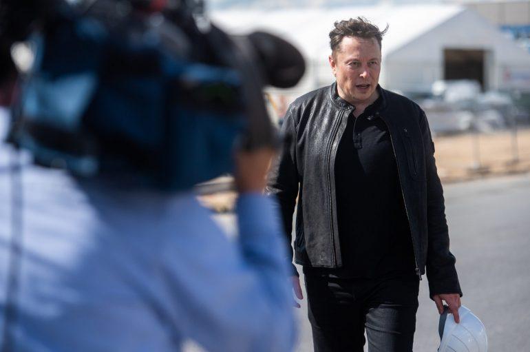Elon Musk bei einem Kontrollbesuch auf der Baustelle in Grünheide.