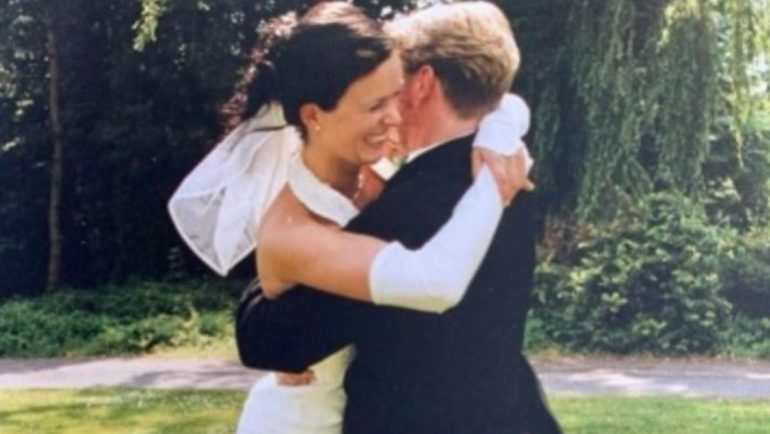 Dear!  Give me a photo!: Mickey Krause shows his wife
