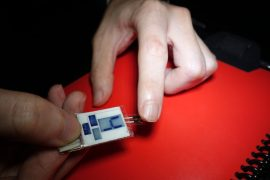 A little sweat is enough: The device draws energy from your fingers while you sleep