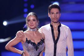 """""""Let's Dance"""" star shares suspicious photo: Fans have doubts"""