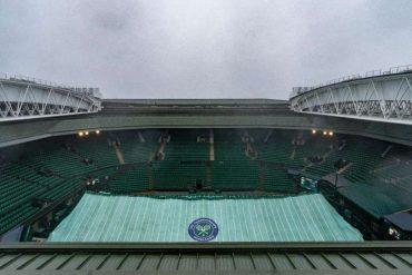 Ist das Wetter zu schlecht, kann das Dach des Centre Court geschlossen werden. Foto: Aeltc Pool/PA Wire/dpa Foto: dpa