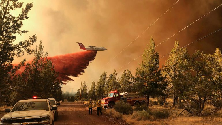 Wildfires in Ontario and Oregon: US officials warn of tornadoes of fire