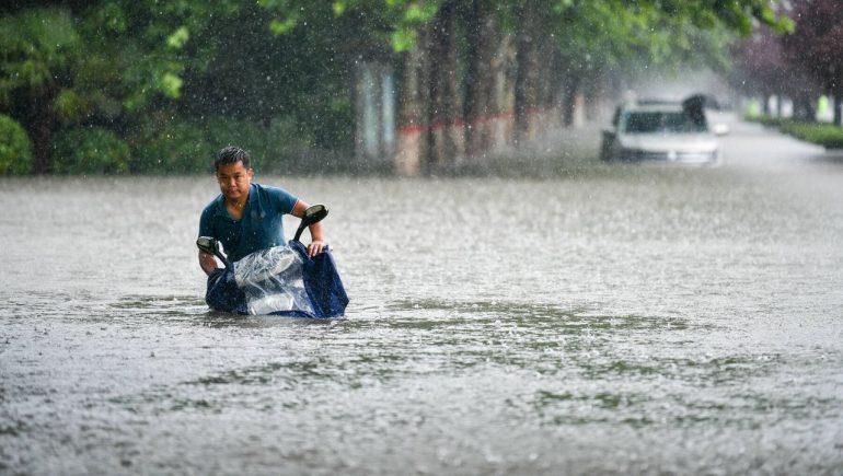Zhengzhou in China: Heavy floods - Hundreds trapped in subway