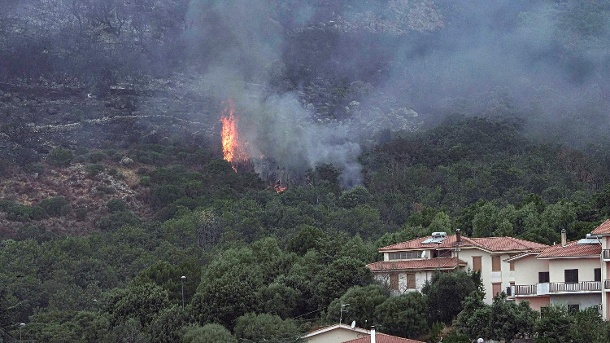 Sardinia: Emergency services continue to rescue a fire on Italy's Holiday Island.  (Source: AP/DPA/Alessandro Tocco via LaPresse)