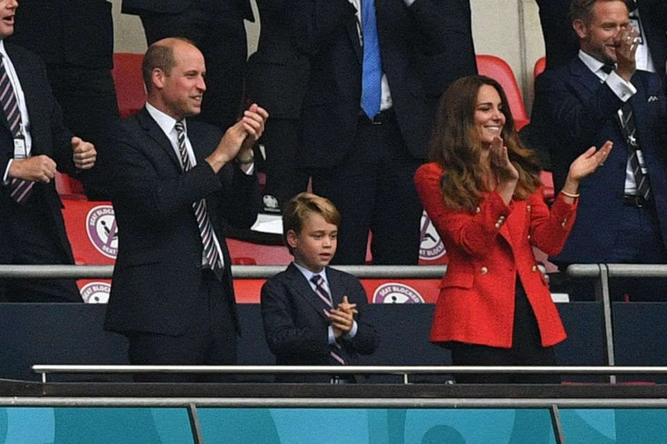 It was a wonderful evening for fans of the England national football team: with a 2–0 victory against Germany, the Three Lions returned to the side in a bitter defeat on penalties in the semi-finals of the 1996 European Championship.  The heir to the throne, Prince William, also came - and so did his wife Kate, as well as their eldest son George.