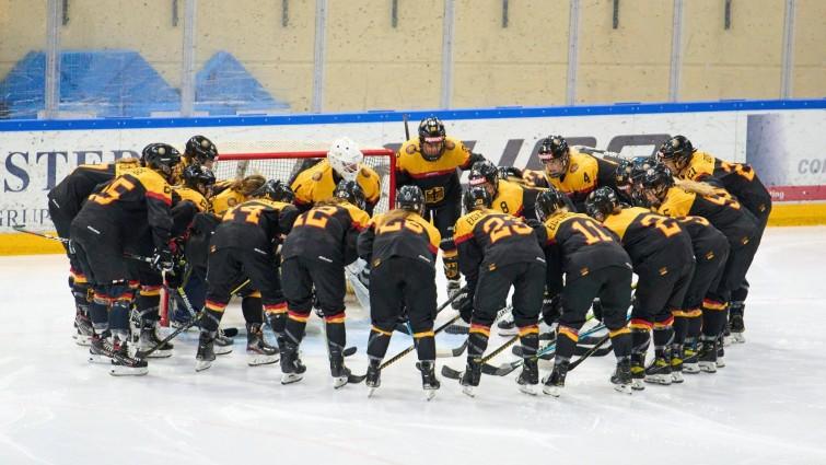 Die DEB-Eishockey-Nationalmannschaft der Frauen am 15.7.21 bei einem Freundschaftsspiel in Füssen. (IMAGO / ActionPictures)