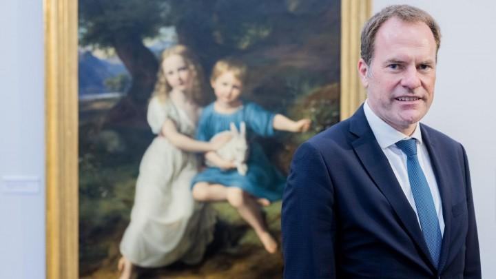 Nordrhein-Westfalen, Düsseldorf: Stephan Keller (CDU), Oberbürgermeister von Düsseldorf, steht vor dem Bild «Die Kinder des Künstlers» (1830) von Friedrich Wilhelm von Schadow in der Ausstellung