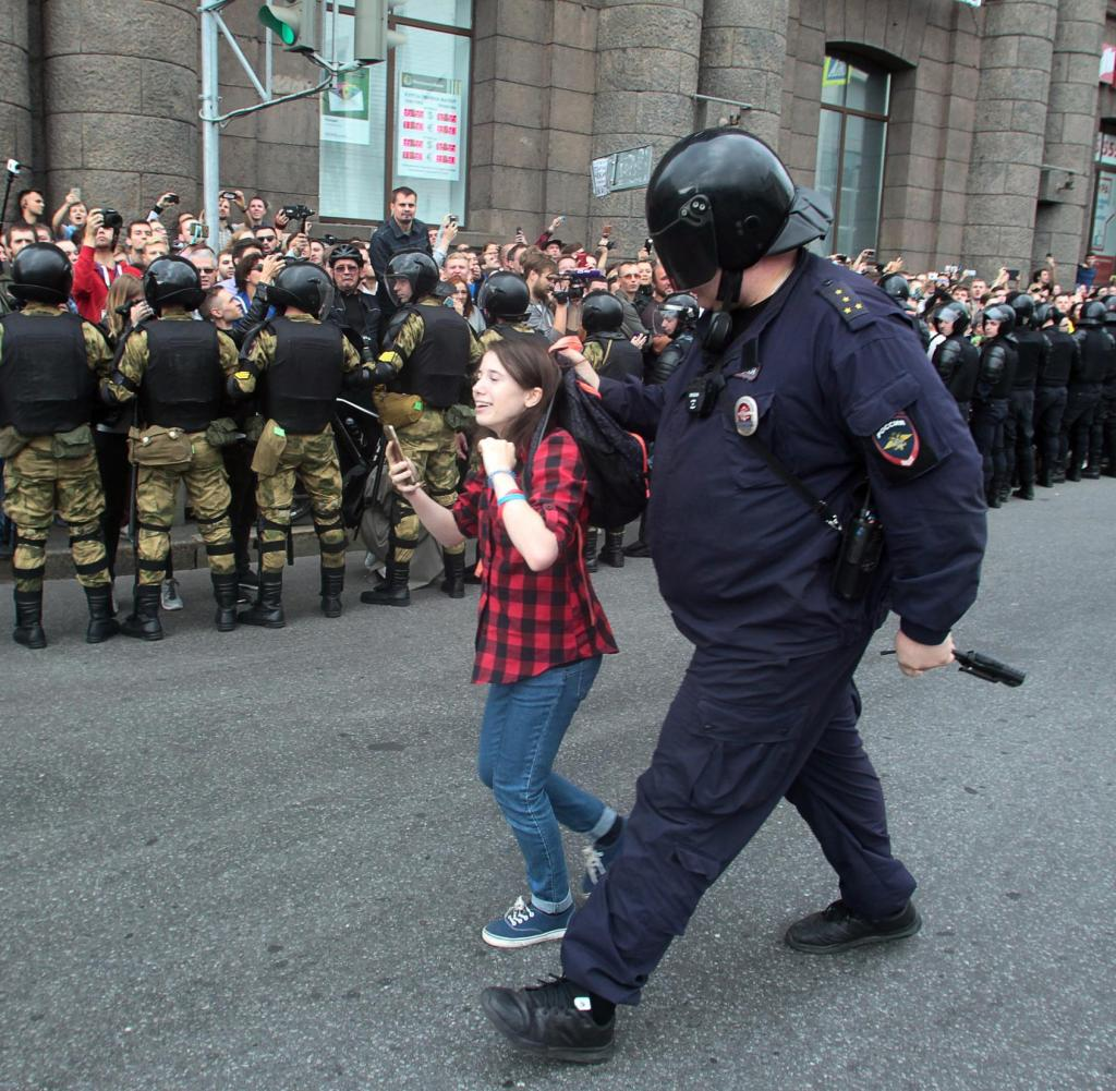 09.09.2018, Russia, St. Petersburg: A police officer holds a girl in protest against the increase in the retirement age in Russia.  Photo: Roman Pimenov/interpress/ap/dpa+++ dpa-buildfunk+++