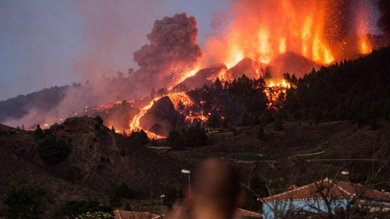 "Volcanic eruption over La Palma / Spain: German tourists describe dramatic ash rain - ""weapons burned"""
