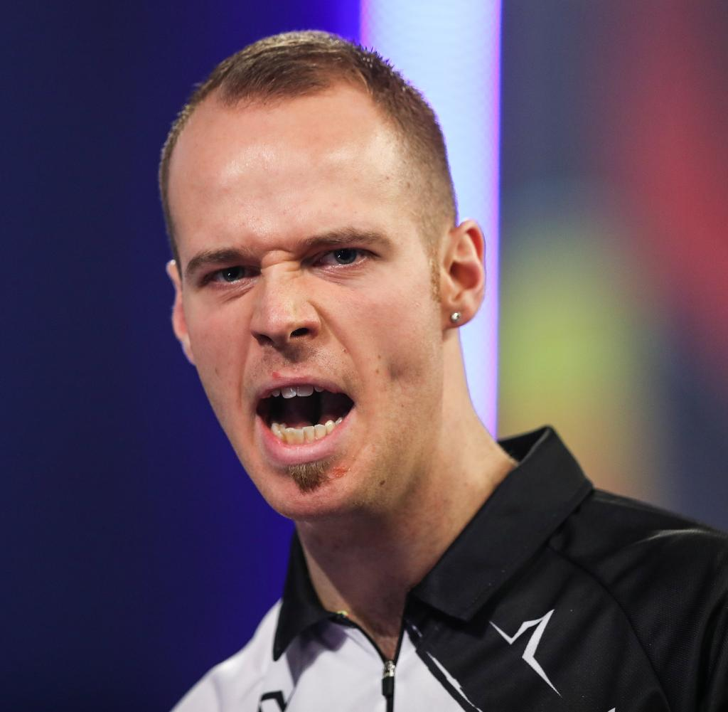 Max Hope continues to struggle with his weak form, but used a dart in Germany's first match.
