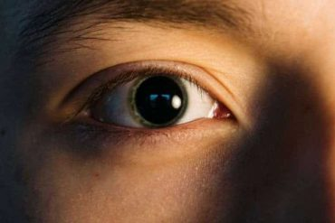 A man who can voluntarily change the size of his pupils, World News