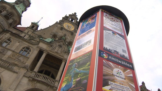"""NS """"pillar of diversity"""" Stands in front of the Town Hall in Hanover.  © NDR"""