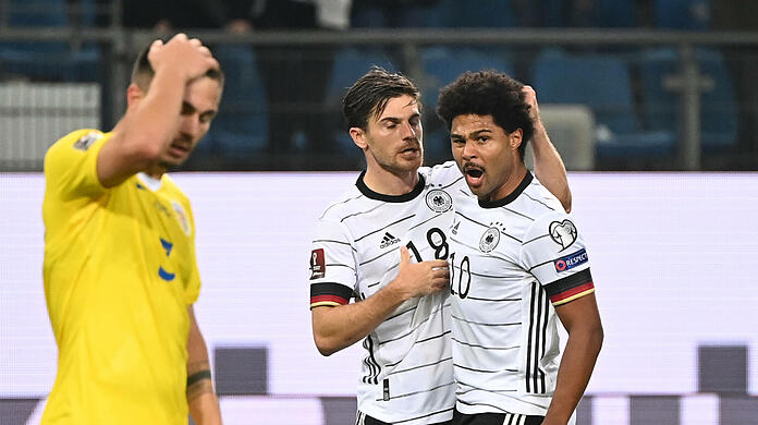 Serge Gnabry (R.) celebrates his crucial goal in the meanwhile 1-1 draw against Romania.